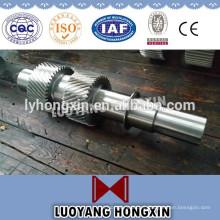 Mecanizado CNC forjando un eje intermedio de acero largo
