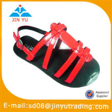 Novos miúdos nu sandálias