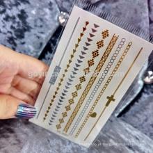 Mulheres modernas que usam a etiqueta removível metálica material segura da tatuagem da pele