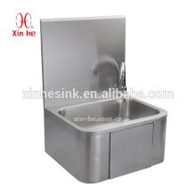 La rodilla moderna del diseño montado en la pared del acero inoxidable comercial funciona el lavabo de manos sanitario para el público usado