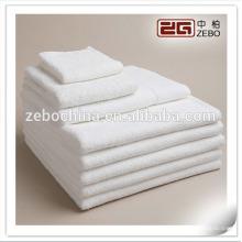100% coton plissé style 30 * 30cm blanc en gros serviette à main Embriodery LOGO