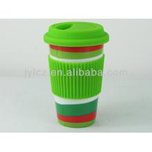 керамическая кружка кофе силиконовой крышкой и силиконовой лентой