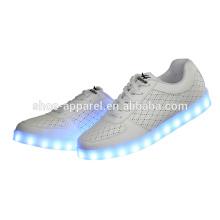 Sapatos de luzes LED para rapazes com recargas USB