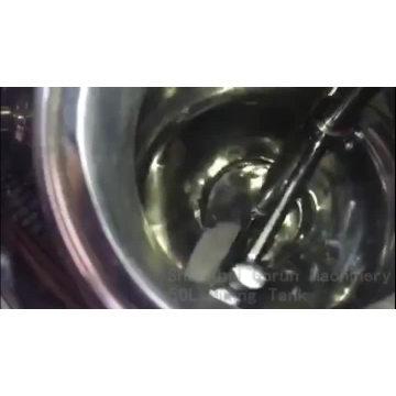 El tanque de mezcla del zumo industrial químico de la farmacia con el agitador