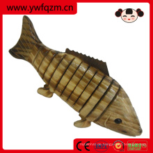 kleiner hölzerner Spielzeugtiercarbonisierungskarpfenfisch