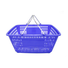 La piccola plastica del supermercato trasporta il cestino con la maniglia