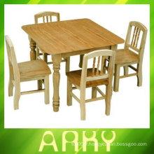 Table et chaises en bois de maternelle