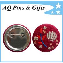 Insignia excepcional del botón de la hojalata con el logotipo del bordado (botón badge-51)