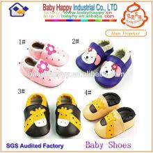 Zapatos de bebé hechos a mano de la comodidad de la Navidad