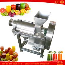 Suco de limão de cenoura vegetal fazendo e engarrafando Juicer máquina