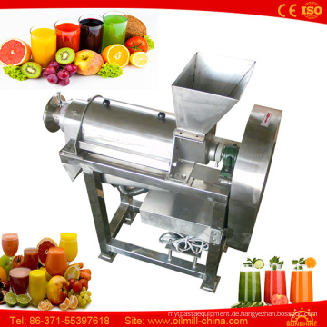 Gemüse-Karotten-Apfel-Zitronensaft, der Juicer-Maschine macht und abfüllt