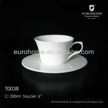Caneca de café branca da cerâmica do restaurante para o banquete