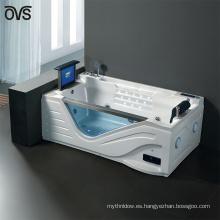 Lujosamente disfrutar de una bañera con una televisión