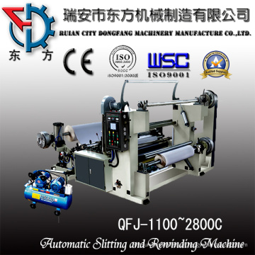 Rolo de papel bond que racha e máquina de rebobinamento