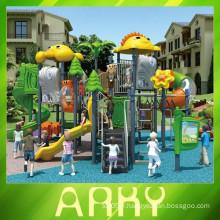 Les enfants chauds glissent de beaux équipements d'aire de jeux pour animaux en plein air