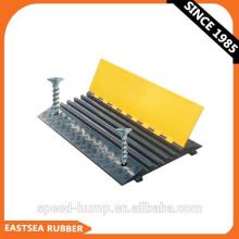 Protections de plancher de protecteur de câble à 5 canaux fixables en caoutchouc noir et jaune