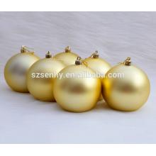 Bola dourada de Natal pendurada em Shatterprrof
