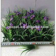 Tapete de relva artificial com flores