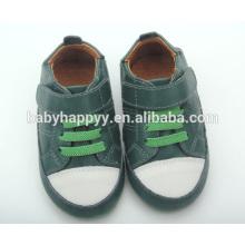 La marina de guerra calza el niño calza los zapatos del bebé