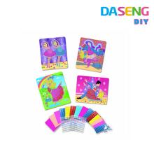Diversos niños de arte pegajoso del mosaico de los diseños disfrutan del juguete