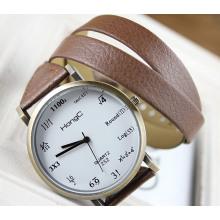 Reloj con correa larga de cuero
