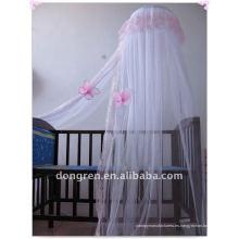 Muchachas que cuelgan el canopy de la cama / la red de mosquito