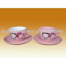 xícaras e pratos de cerâmica