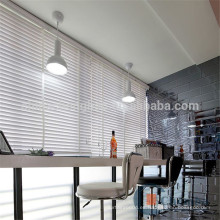 Rayas falsas persianas de madera de la ventana para el café