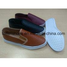 Les nouvelles chaussures d'injection d'hommes d'arrivée avec le PU supérieur, glissent sur des souliers occasionnels avec le bon prix