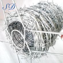 Precio de la bobina del alambre de púas de la venta caliente por rollo
