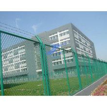 Clôture augmentée de treillis métallique pour l'usine