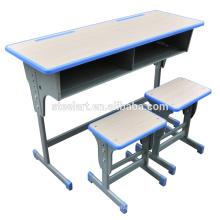 chaise et pupitre d'étudiant de matériel en bois et en métal