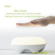 Produto de venda quente para eua em 2017 IPUDA flexível levou lâmpada de mesa de cabeceira com tomadas de carregamento rápido sensor de movimento