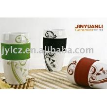 vendant la tasse en céramique chaude avec la base de décalque et de silicone