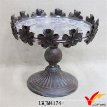 Декоративная металлическая пластина с цветочным орнаментом