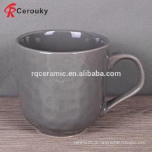 Caneca de café cerâmica quente do leite da textura