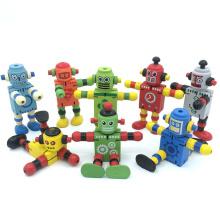 pequeño robot de juguete de madera