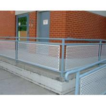 Treillis métallique perforé pour clôture