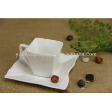 Taza de té de porcelana y platillos de platillo