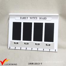Tablón de anuncios de la familia Tablero de pared de madera blanco del vintage con la pizarra