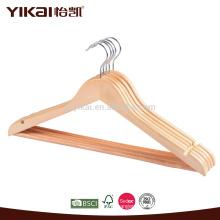 Colgador de madera plano de la camisa