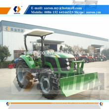 Traktor brachte vordere Planierschild mit dem hydraulischen Anheben an
