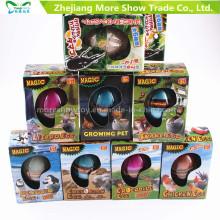 As crianças da fonte da fábrica aquecem os animais de ovos de dinossauro que crescem brinquedos