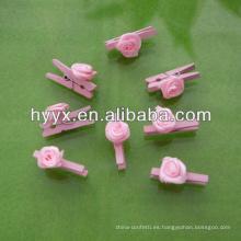 Linda clavija de madera con flor rosa