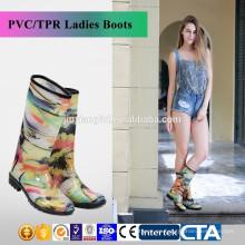 Zapatos de lluvia baratos del pvc de los cargadores de lluvia de las mujeres coloridas de la manera