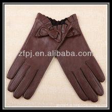 Moda senhora vestindo luva fabrico e tan luvas de couro