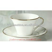 Nouvelle forme faite 2013 simple et noble en ligne d'or tasse de café et soucoupe en porcelaine