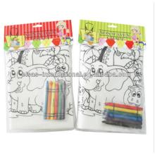 Crianças de brincadeira que pintam a bolsa de cordão não tecida