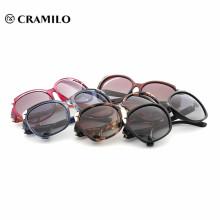 Gafas de buena calidad con etiqueta especializada en gafas de sol para mujer.