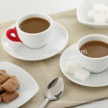 Taza y salsa coloridas de la porcelana de la manija del silicón 75cc, tazas y platillos de café